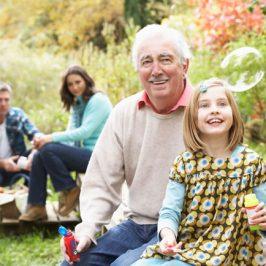 familia disfrutando de un picnic